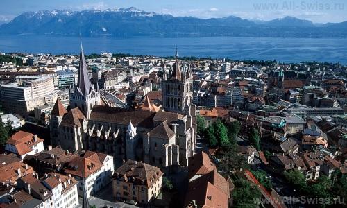 Вид из центра Лозанны на Женевское озеро